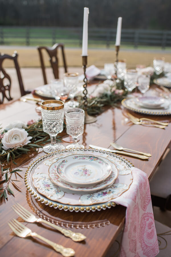 How-To Set Your Table Like a Professional This Holiday Season // How-To Set A Table