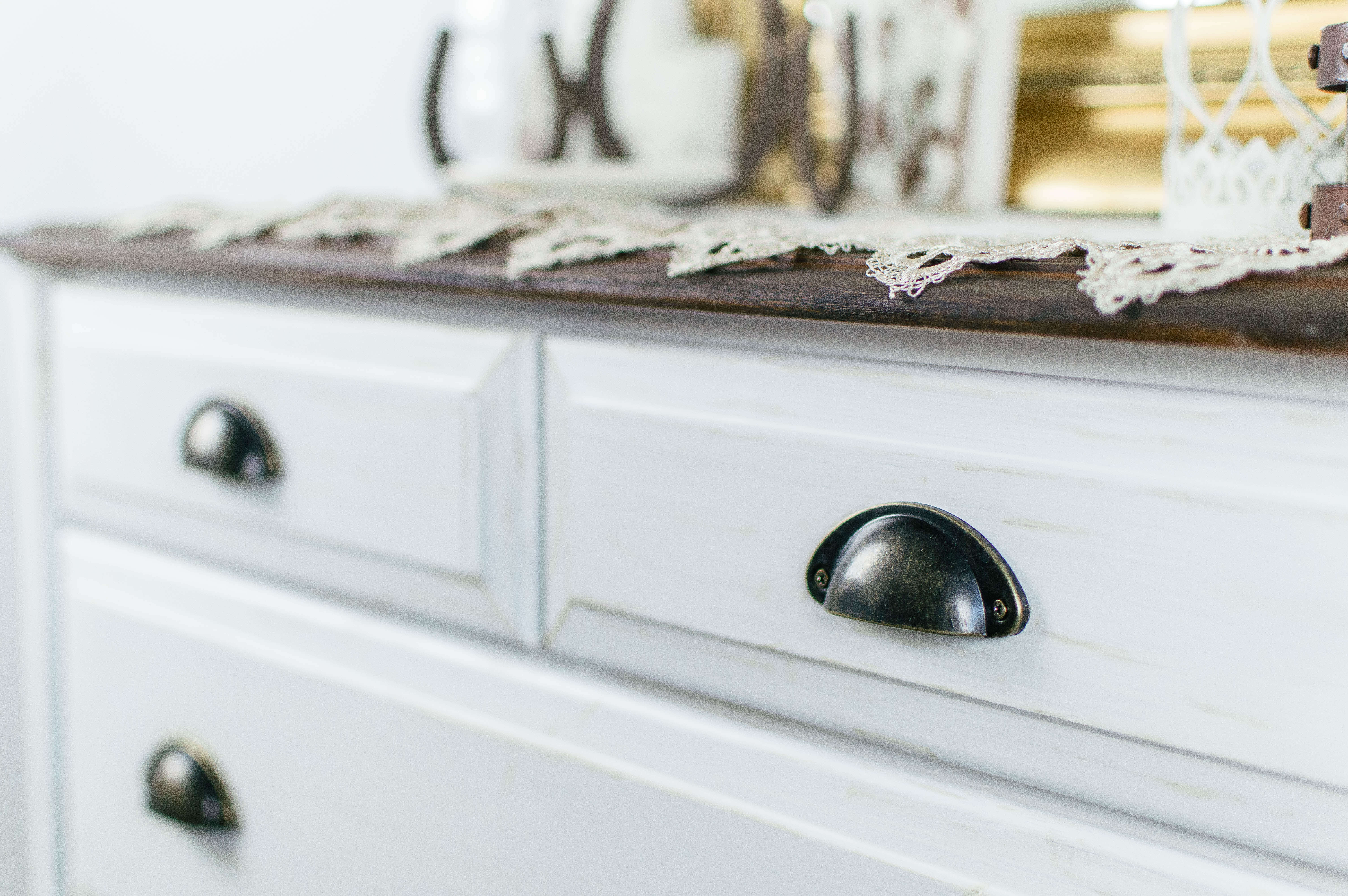 Farmhouse Guest Room Dresser Transformation / DIY Furniture Flip Before + After / Farmhouse Drawer Pulls