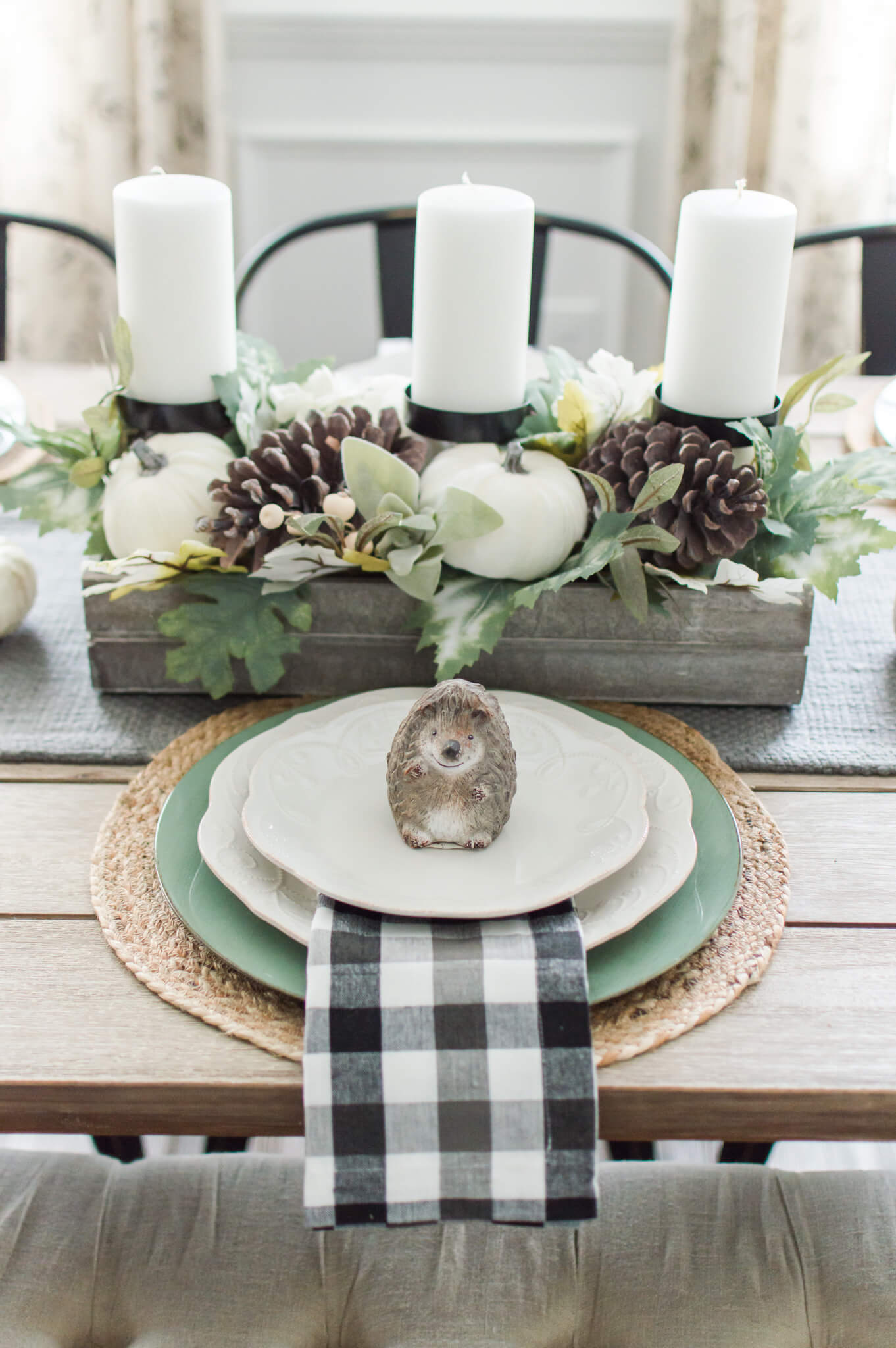 Simple and Neutral Fall Farmhouse Dining Room / A Hosting Home / The Perfect Fall Transition Decor / Neutral Fall Home Decor