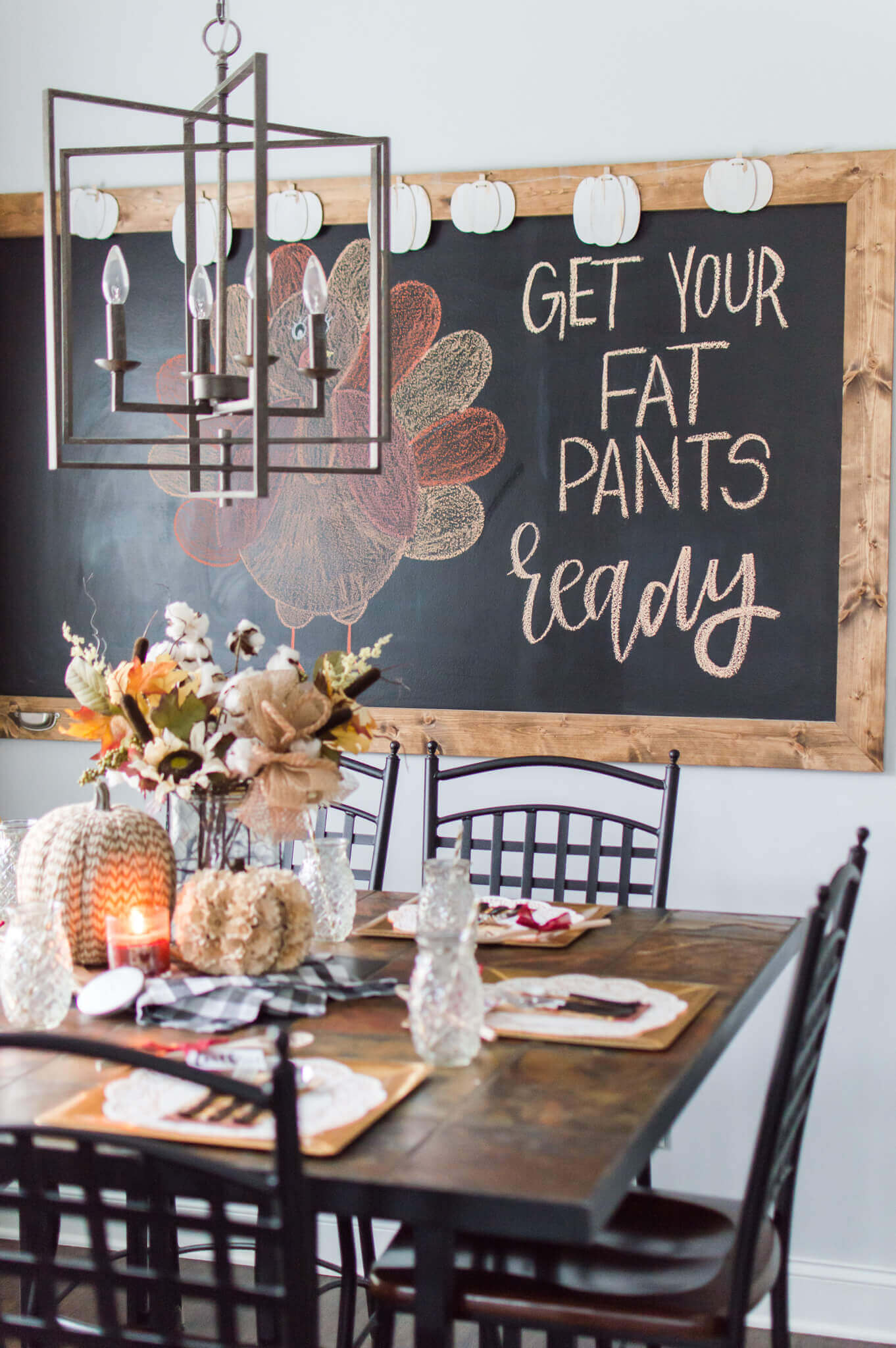 Your Hostess Guide to Hosting the Perfect Friendsgiving / A Hosting Home Blog