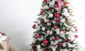 How-To Decorate Your Christmas Tree Like a Professional / A Hosting Home Blog