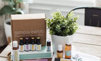 Jumping into Winter Wellness with Simply Earth / Toxin Free Winter Wellness Essential Oil Recipes // A Hosting Home Blog